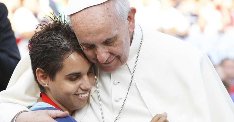 papa francisco abraza con ternura chica especial