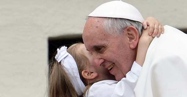 papa francisco abraza nina sonrie