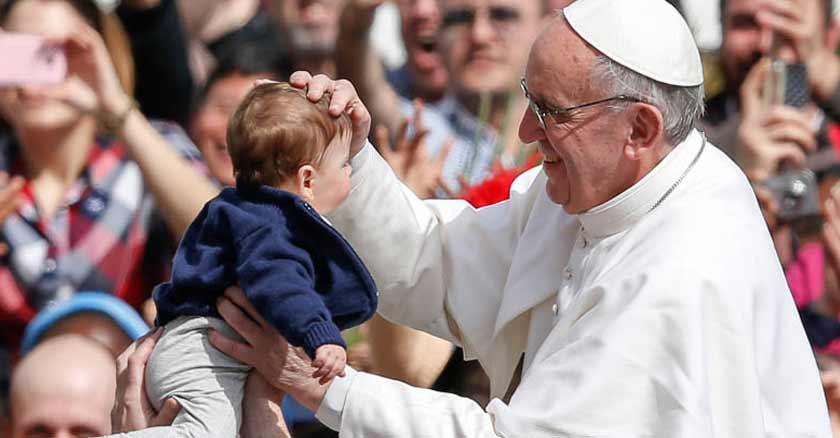 papa-francisco-bendice-bebe-por-que-se-les-llama-padre-sacerdotes.jpg