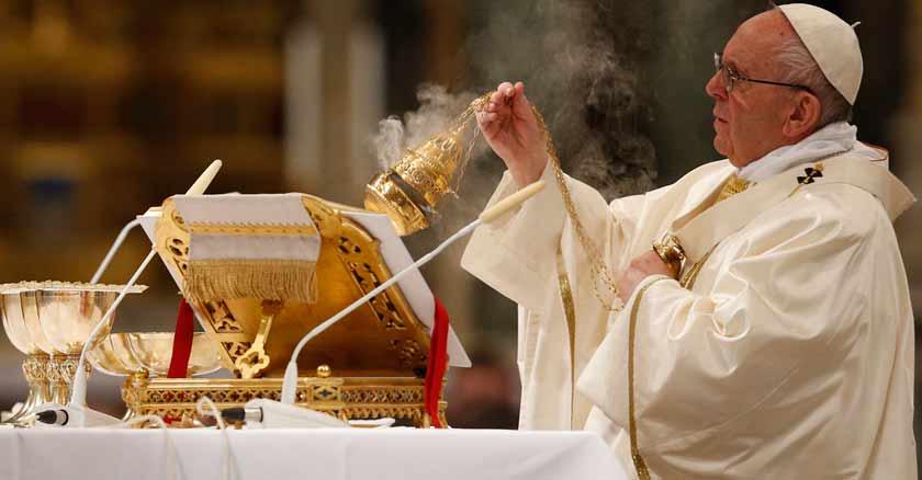 papa-francisco-celebrando-misa-que-es-la-misa-es-aburrida.jpg