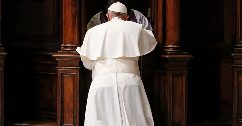 papa francisco de espalda confesandose con sacerdote acto de confesion