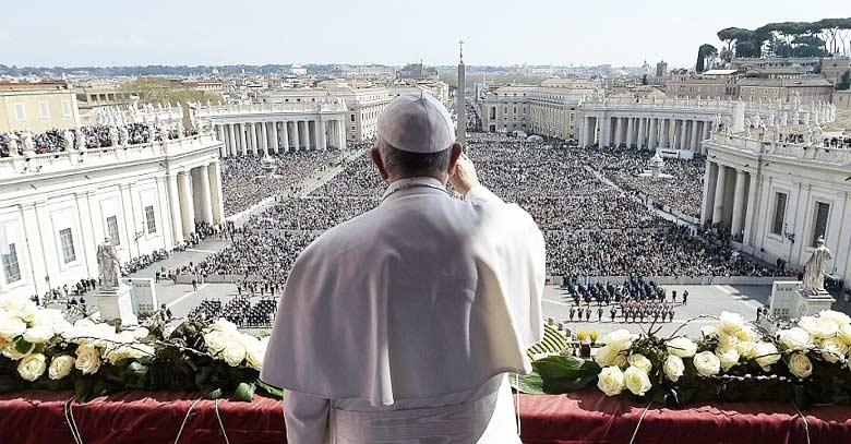 papa francisco de espalda saluda plaza san pedro vaticano fieles publico