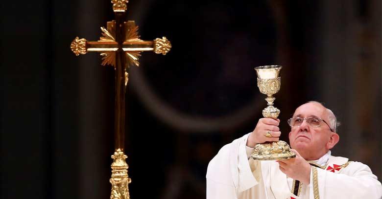 papa francisco levanta caliz sagrado frente cruz consagracion misa
