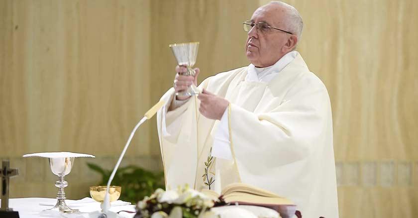 papa francisco levantando el cáliz sagrado que es la copa de la sangre de cristo celebrando la santa misa