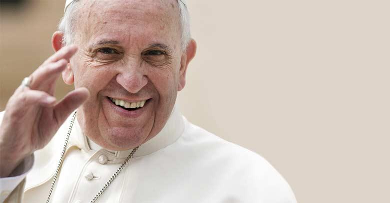 papa francisco rostro muy alegre sonrisa saluda