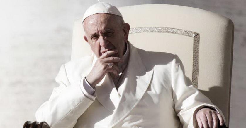 papa francisco sentado en silla papal pensando mano sosteniendo su mejilla