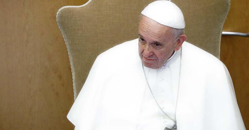 papa francisco sentado mirando hacia abajo a un lado