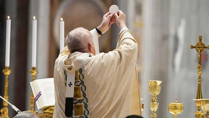 ponerse de rodillas en la consagracion eucaristica santa misa