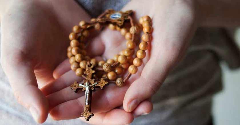 por que los cristianos catolicos rezamos el rosario cual es la historia en mano