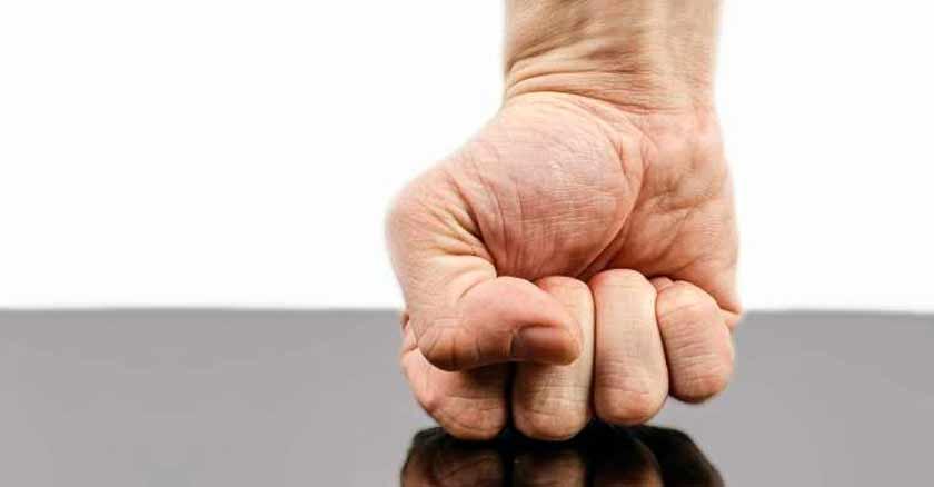 puno contra mesa controlar el enojo pecaminoso pecado