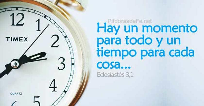 reloj despertador dando la hora hay un tiempo para todo fondo claro