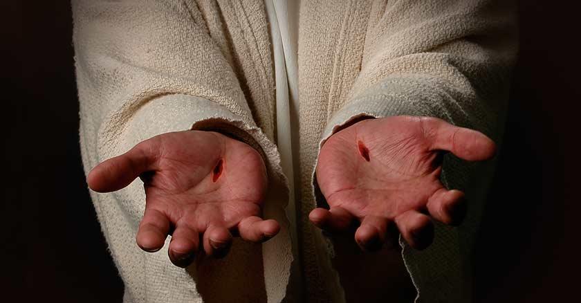 resurreccion de jesus mostrando manos con heridas clavos