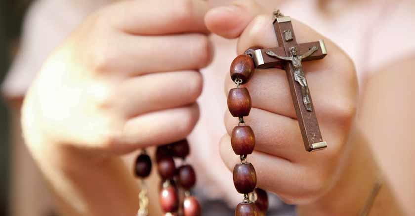 rezar-el-rosario-sostiene-en-la-mano-beneficios-promesas-bendiciones.jpg