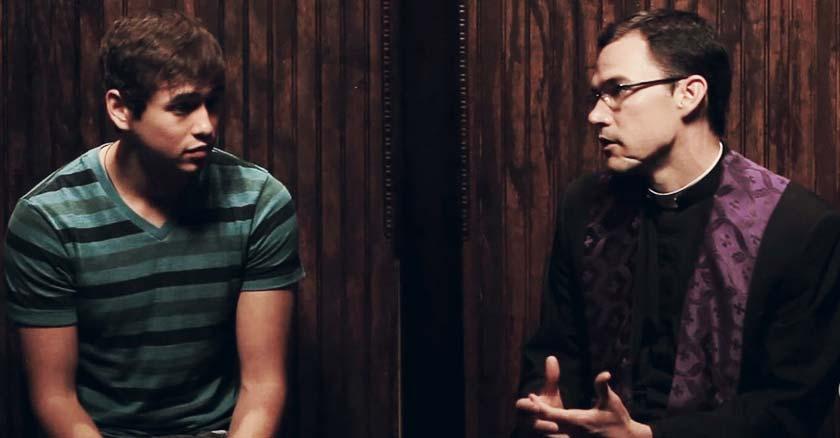 sacerdote en el confesionario confesando a un adolescente joven