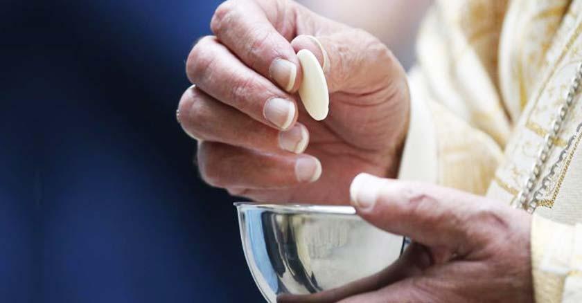 sacerdote repartiendo la sagrada comunion zaliz hostia sagrada eucaristia en misa