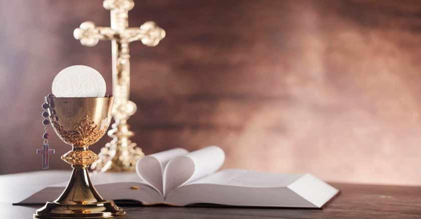sagrada comunion sobre el altar de la misa recibir la comunion lo mejor