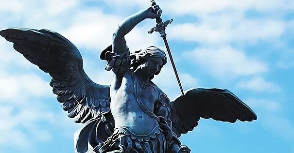 san miguel arcangel estatua levantando espada