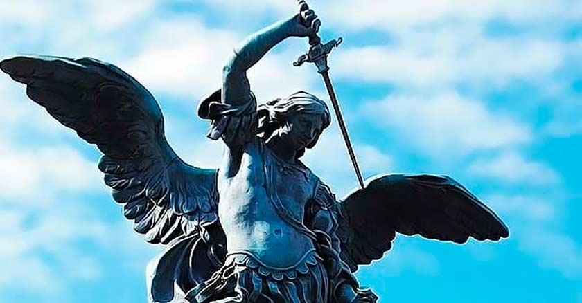 san miguel arcangel estatuda con la espada hacia abajo fondo azul cielo