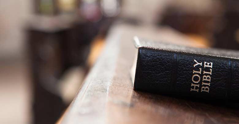 santa biblia puesta sobre mostrador