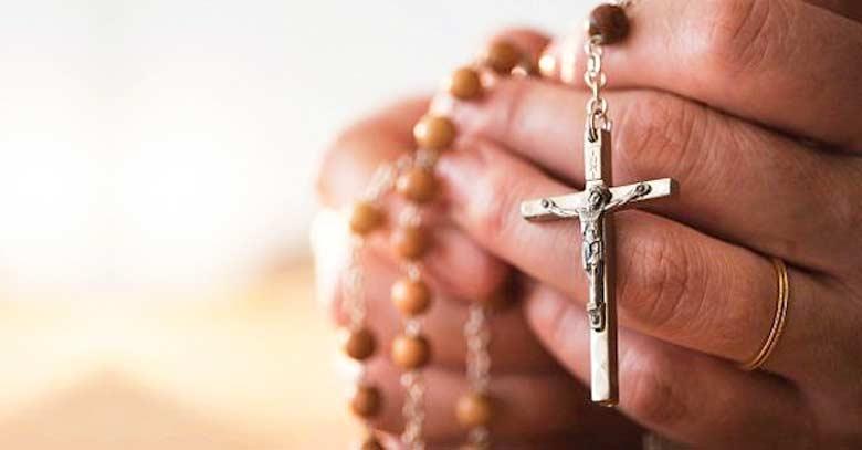 santo rosario entre manos oracion rezando