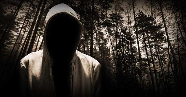 silueta demoniaca macabra bosque sobretodo oscuro