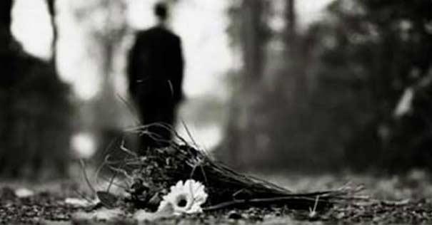 silueta hombre lejano caminando bosque fondo gris
