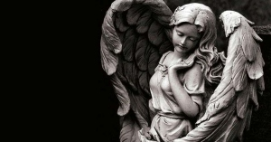 angel de la guarda estatua bonita fondo negro oscuro