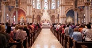 celebrando la santa misa fieles de pie rezar por fieles difuntos
