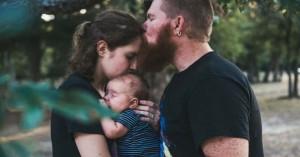esposos unidos con su bebe juntos abrazados papi besando a mami en la frente