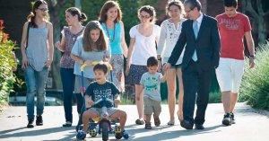familias numerosas paseo traer muchos hijos al mundo