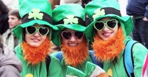 fiesta de san patricio mujeres vestidas de verde