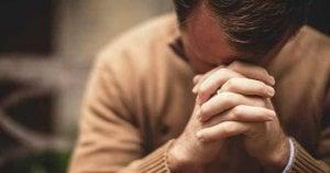 hombre rezando oracion de confianza para enfrentar las pruebas de la vida