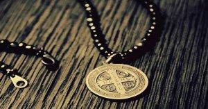 medalla cruz de san benito arma poderosa combate espiritual