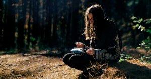 mujer sentada bosque jesus nos tiene infinita paciencia compasion