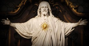 sagrado corazon de jesus estatua corazon dorado en el centro