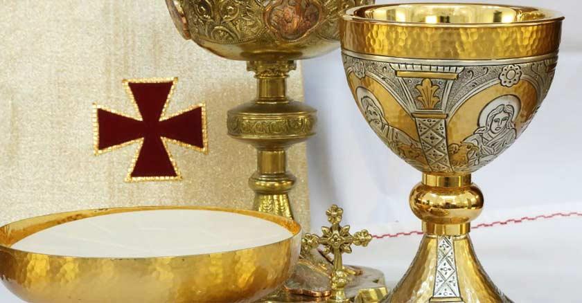 vaso eucaristico caliz hostia consagrada eucaristian en patena santa misa