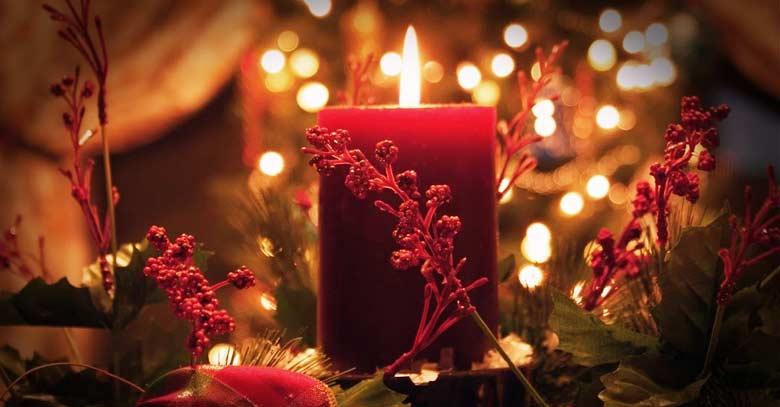 vela roja encendida en adviento navidad