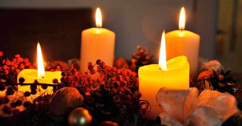 velas amarillas encendidas en corona de adviento ensenanzas del adviento tranformar tu corazon