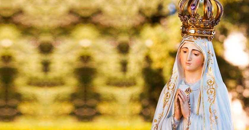 virgen de fatima estatua rezando con rosario en las manos fondo verde claro