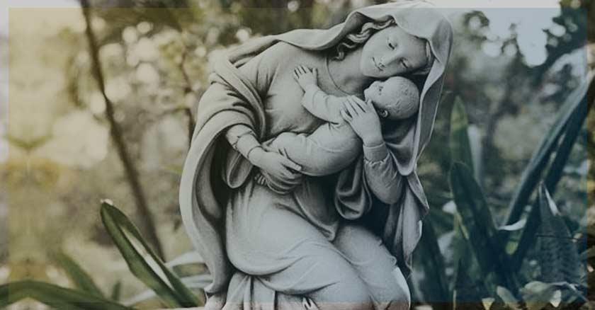 virgen maria estatua abrazando al nino jesus demonio odio a la virgen maria