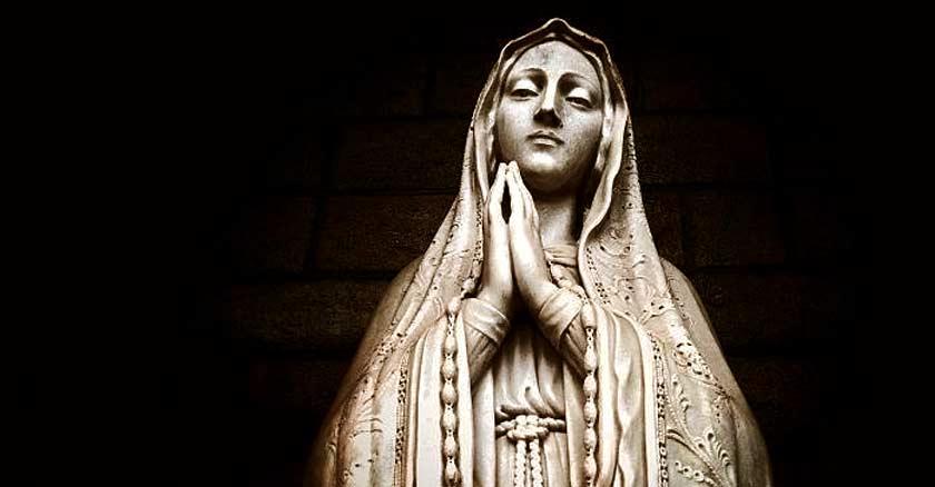 virgen maria estatua vintage manos juntas orando