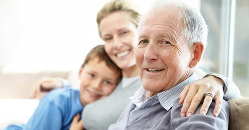anciano sonriendo personas mayores familia abrazo