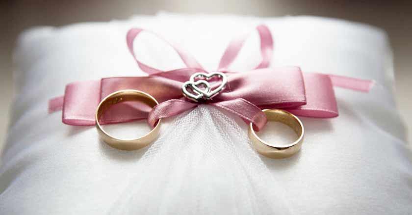 anillos atados en un lazo rosado sobre almohadilla tentaciones del demonio arruinar matrimonios