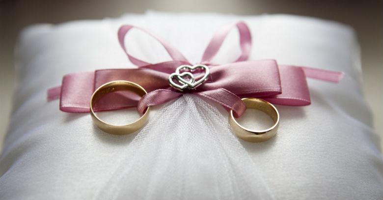 anillos boda lazo rosado almohada