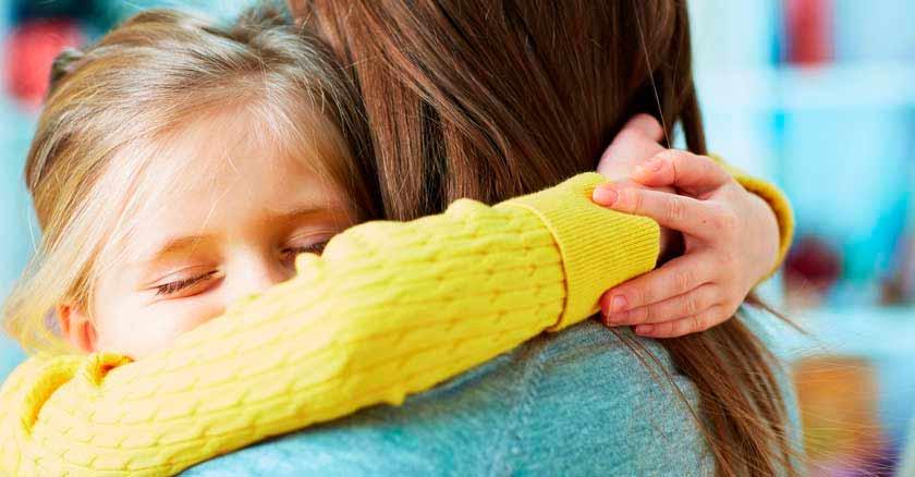 como-ensenar-a-los-hijos-a-perdonar-pedir-perdon-hija-abrazando-a-su-mama.jpg