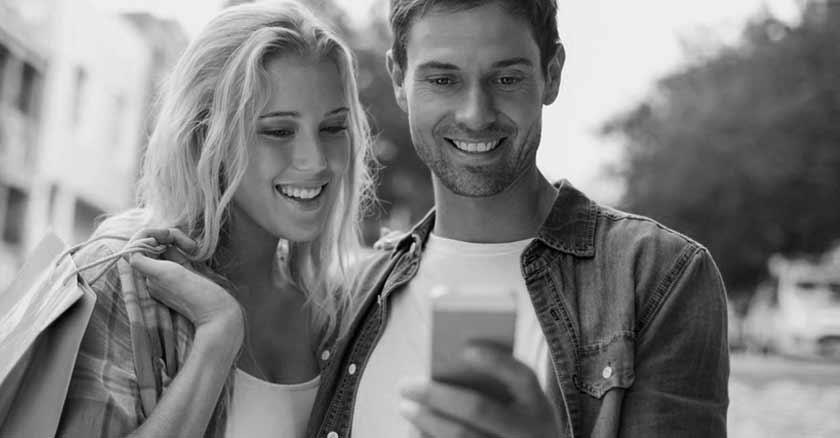 como-mejorar-tu-matrimonio-con-el-celular-maneras-esposos-felices-miran-el-celular.jpg
