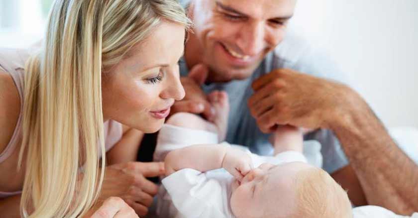 como-ser-un-buen-padre-buen-esposo-familia-feliz-padre-madre-jugando-con-bebe.jpg