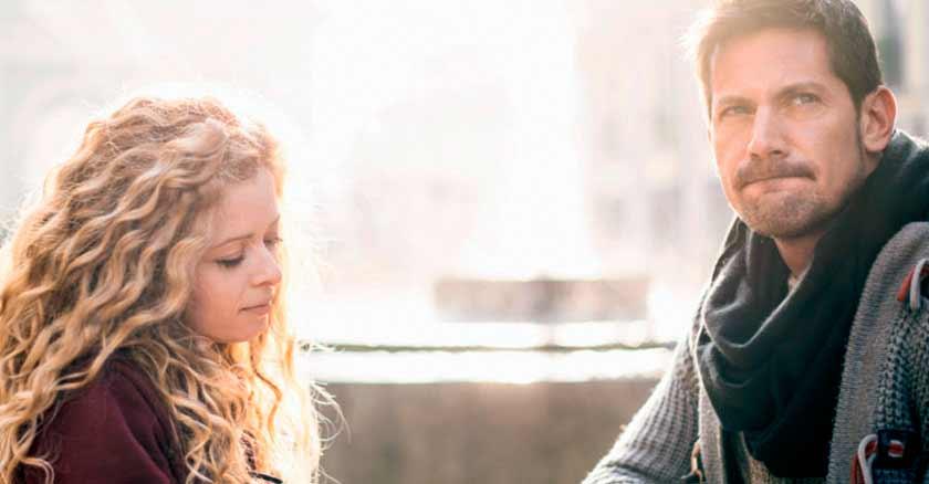 cosas-que-no-debes-hacer-durante-las-discusiones-en-el-matrimonio-esposos-sentados-molestos.jpg