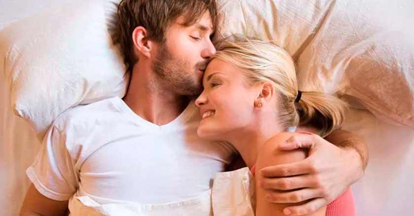 dormir-en-camas-separadas-fortalece-el-matrimonio-pareja-feliz-en-la-cama.jpg