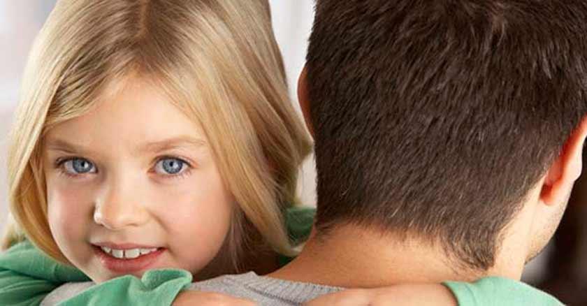 educar-a-los-hijos-en-la-amabilidad-hija-sonriendo-cargada-por-papa.jpg